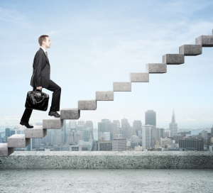 Homme affaires montant escalier gratte ciel
