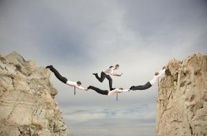 hommes formant un pont